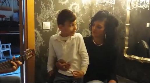 Adrián Martín Vega y su hermana cantan 'Qué bonito'.