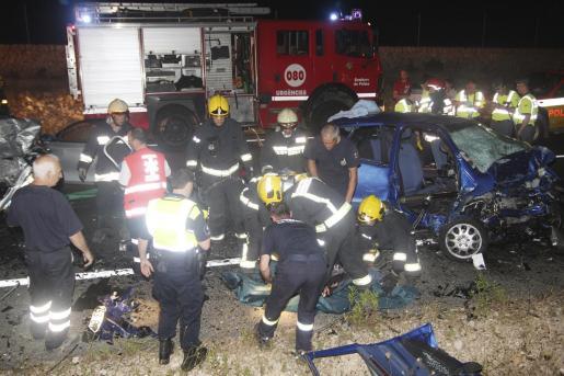 Los Bombers de Mallorca tuvieron que partir los coches implicados para poder extraer los cuerpos de los tres jóvenes que quedaron atrapados en el amasijo de metales.