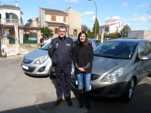 El inspector Sureda con la regidora Sebastiana Sureda en la presentación de los nuevos vehículos.