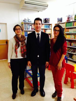 El regidor de Cultura de Cort, Fernando Gilet, durante una visita a una de las bibliotecas municipales de Palma.