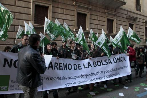 El sindicato Satse ha reunido este miércoles a alrededor de 200 personas en una concentración convocada contra los baremos de la bolsa única, que creen que ha sido «un cambio de reglas brusco y caprichoso».