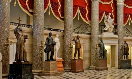 A la izquierda, la imagen del franciscano de Petra, en el salón estatutario del Capitolio de los Estados Unidos.
