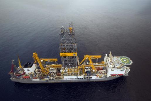Fotografía facilitada por Repsol del Rowan Renaissance, el buque que la empresa utiliza para las prospecciones en busca de petróleo en Sandía, en aguas próximas a Canarias.
