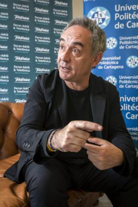 El chef Ferran Adrià durante la entrevista concedida a Efe, donde ha impartido una lección magistral sobre la innovación y el talento como motores del desarrollo para empresas y universidades.