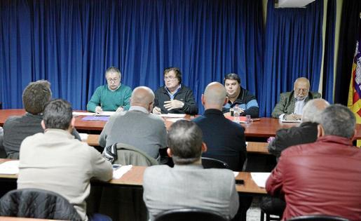 El presidente de la FFIB, Miquel Bestard, flanqueado por Manolo Bosch, Pep Sansó y Manuel López Lacal, se dirige a los miembros de la Comisión Delegada.