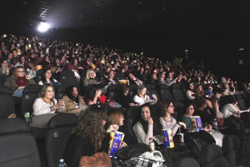 Sala de cine completa, en el estreno de '50 sombras de Grey'.