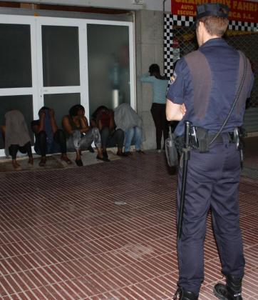 Agentes de la Policía Nacional, en el momento de las detenciones.