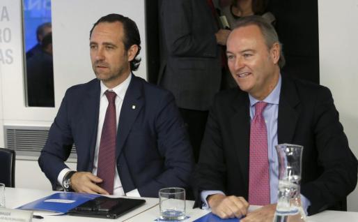 El presidente del Gobierno balear, José Ramón Bauzá (i), y el presidente de la Comunidad Valenciana, Alberto Fabra (d), al inicio este lunes de la reunión del Comité Ejecutivo Nacional del PP, cuando quedan menos de cien días para las elecciones municipales y autonómicas.