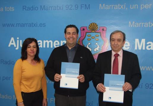 Momento de la firma del convenio con la regidora de Participació Ciutadana, Antònia Coll, el alcalde de Marratxí, Tomeu OLiver y el director general de Endesa en Balears, Ernesto Bonnín.