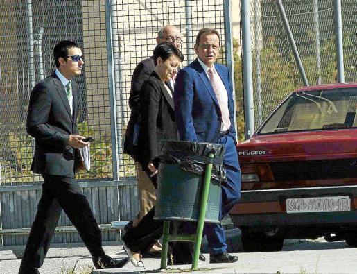 El fiscal Pedro Horrach, a la derecha, junto a la jefa del Grupo de Delincuencia Económica de la Policía Nacional y el comisario jefe de la Policía Judicial, se desplazó a Segovia en octubre de 2014 para interrogar a Jaume Matas por el 'caso Son Espases'.