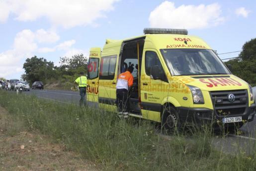 El personal de una ambulancia del 061 atendió al herido in situ y después lo evacuó.