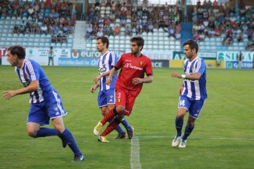 El jugador del Real Mallorca Biel Company durante un partido con el conjunto bermellón.
