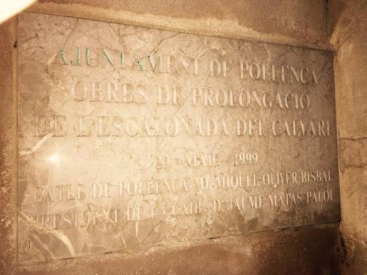 La placa está situada en la plaza dels Seglars de Pollença.