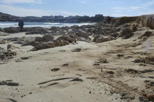 Los fuertes temporales han vuelto ha dejar al descubierto las rocas de Cala Agulla.