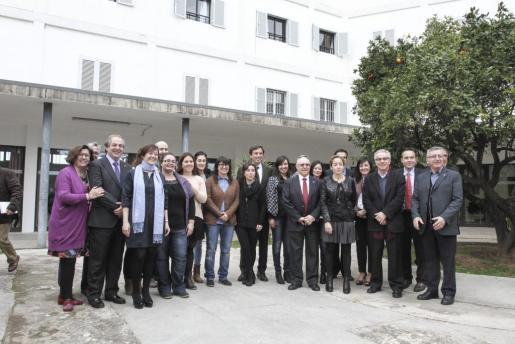 Las autoridades asistentes al acto, con los profesionales de la Fundació Sant Joan de Déu.
