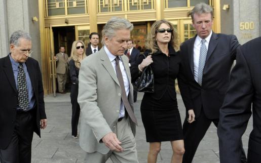 EFE - EEUU - AUDIENCIA - CLJ - TRIALS - JLX03. NUEVA YORK (NY,EEUU), 20/04/2010 .- El actor estadounidense Michael Douglas (2i) y su ex esposa Diandra Douglas (2d) a su salida hoy, martes 20 de abril de 2010, de la Corte en Nueva York (EEUU) tras la audiencia en la que un juez sentenció a su hijo Cameron Douglas, a cinco años de cárcel por cargos de drogas.