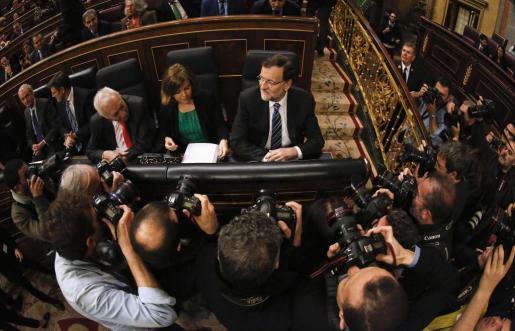 Mariano Rajoy, junto a Soraya Sáenz de Santamaría, antes de comenzar el debate sobre el estado de la Nación