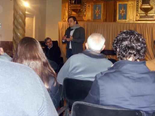 El candidato a la presidencia del Consell de Mallorca por parte del PSIB, Francesc Miralles, durante su charla con ciudadanos de Sóller. Junto a el se encontraba Josep Lluís Colom, cadidato socialista a la alcaldía de Sóller.