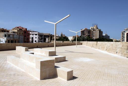 El PSIB y MÉS exigen al Ajuntament de Palma que cumpla los acuerdos técnicos y retire «de manera inmediata» las farolas en forma de 'Y' del Baluart del Príncep.
