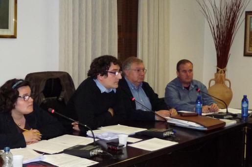 Beatriz Gamundí y Antoni Reus (Suma pel Canvi), junto a Joan Monjo (Convergència) en una imagen de archivo.