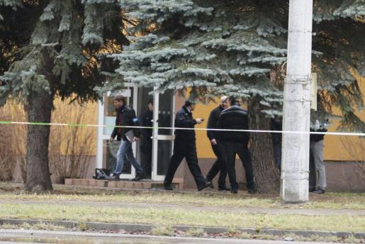Agentes de policía permanecen en guardia ante el restaurante donde se ha producido un tiroteo en de la localidad checa de Uhersky Brod.