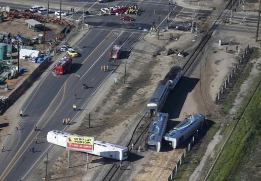 Al menos 30 personas resultaron este martes heridas por el aparatoso descarrilamiento de un tren de cercanías que chocó con un tractor en Oxnard, en California, en el suroeste de EEUU, informó el portavoz de la compañía de trenes Metrolink, Scott Johnson.