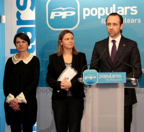 Margalida Durán, María Salom y José Ramón Bauzá durante una intervención del president ante la prensa en la sede del PP de Palma.