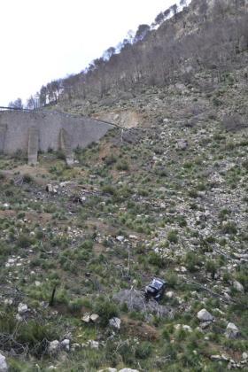 El vehículo se precipitó por un acantilado de más de 50 metros de altura y quedó anclado entre piedras y arbustos.