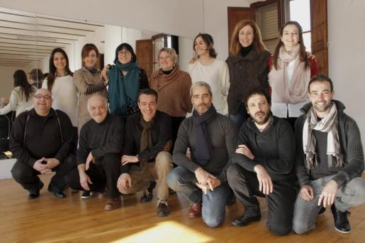 El elenco de la obra posó la semana pasada en el Teatre Principal en uno de los primeros ensayos.