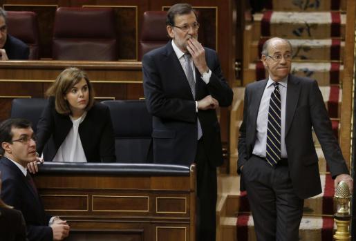 El presidente del Gobierno Mariano Rajoy y la vicepresidenta Soraya Sáenz de Santamaría muestran su preocupación después de que el diputado de Compromís-Equo, Joan Baldoví, sufriera un mareo en la tribuna.