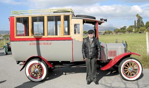 Gabriel Nicolau, junto a su Ford T de 1922, uno de los primeros autocares que llegaron a Mallorca.