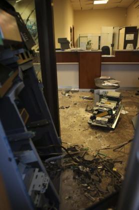 Estado de la sucursal de Abanca en la localidad pontevedresa de Tui tras el atraco con artefacto explosivo perpetrado, esta madrugada, posiblemente por dos hombres que se desplazaron en un vehículo de matrícula portuguesa.