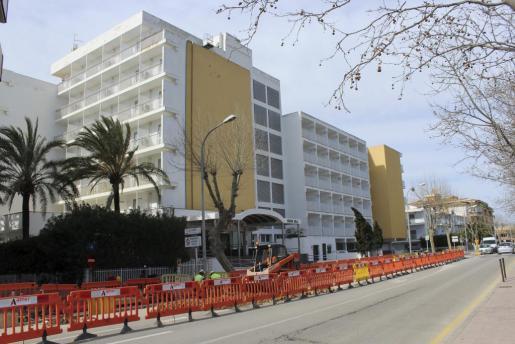 Imagen de las obras de instalación del nuevo cable eléctrico de alta tensión en el Port de Alcúdia.