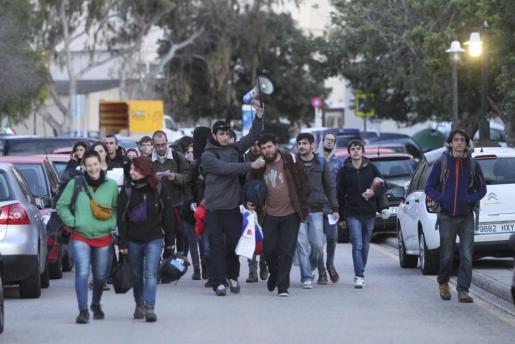 Un grupo de estudiantes se dirige al edificio Jovellanos del campus de la UIB para pasar la noche y preparar la jornada de protestas de este jueves.