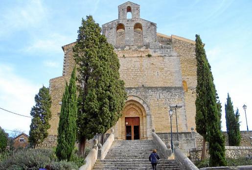 Vista de la iglesia de Selva.