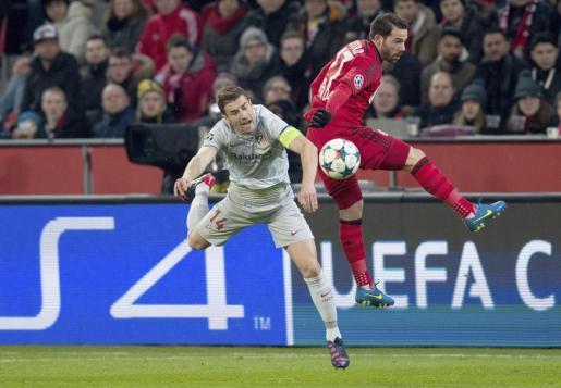 El jugador del Bayer Leverkusen Gonzalo Castro pelea por el control del balón con el centrocampista del Atlético de Madrid, Gabi, durante el partido de ida de los octavos de final de la Liga de Campeones disputado en Leverkusen.