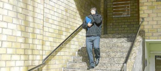 El agente de la Policía Local de Vila ocultó su cara tras una carpeta al salir de los juzgados de Ibiza.
