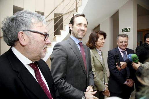 Joan Melis, José Ramón Bauza y Carmen Planas y Santiago Tadeo durante una visita del president a la sede de la CAEB en Menorca.