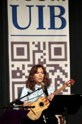 La cantante Maria del Mar Bonet durante el acto en el que fue proclamada doctora Honoris Causa por la Universitat de les Illes Balears.