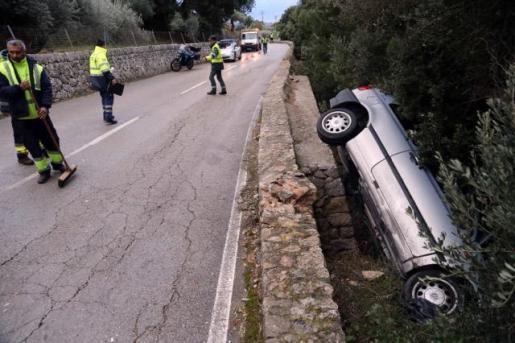 Impactante imagen del coche accidentado.
