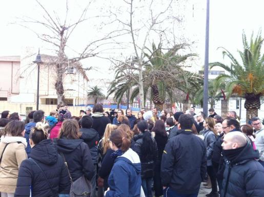 Un centenar de personas se ha concentrado este jueves en las inmediaciones del colegio Norai.