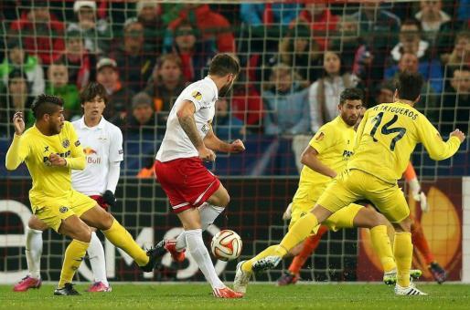 Marco Djuricin, del Salzburgo, marca un gol durante el partido de vuelta de dieciseisavos de final de la Liga Europa que enfrenta a su equipo contra el Villarreal en Salzburgo.