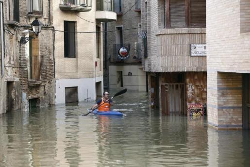 Un piragüista rema por las calles del casco viejo de Tudela, coincidiendo con la máxima crecida del Rio Ebro, donde se han inundado las calles de la ciudad.