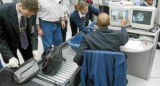 Los vigilantes determinarán que equipajes de mano se tienen que inspeccionar.
