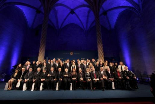 Imagen de los premiados en la gala de entrega de la Medalla d'Or y de los Premis Ramon Llull junto a representantes del Govern.