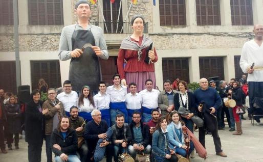 Xeremiers, Caparrots y otros colectivos culturales del pueblo han arropado a la nueva 'colla gegantera' de Consell y a sus 'Gegants', Tomeu y Elisabet.