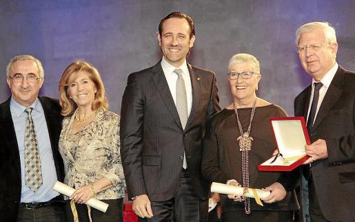 Teresa Martorell (segunda por la izq.) recogió el premio que desde las Pitiüses habían decidido rechazar.