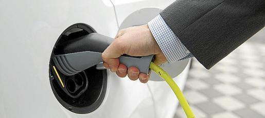 El Govern prevé instalar 2.000 puntos de recarga para coches eléctricos.