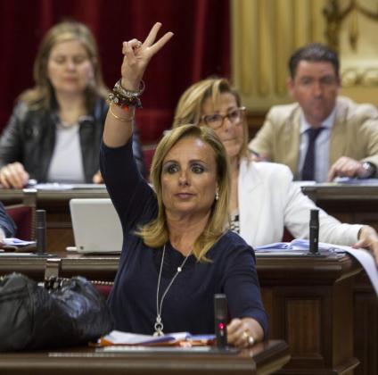 La diputada del PP Mabel Cabrer en una sesión del Parlament.