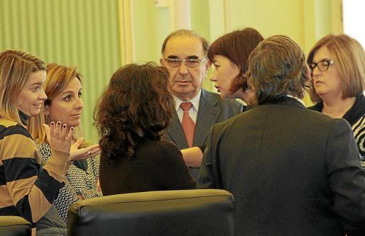 Miembros de diferentes partidos, durante una conversación en el Parlament después de una reunión de la junta de portavoces.